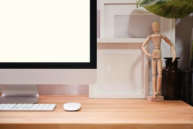 Вид спереди домашнего офиса с пустым экраном настольного компьютера на деревянный стол Premium Фотографии