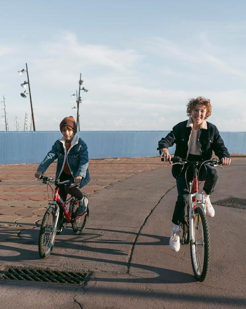 복사 공간 야외에서 자전거에 아이의 전면보기 무료 사진