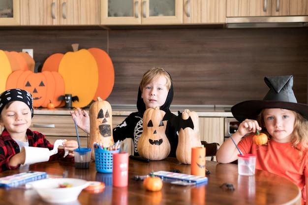 Вид спереди детей с хэллоуин концепт Бесплатные Фотографии
