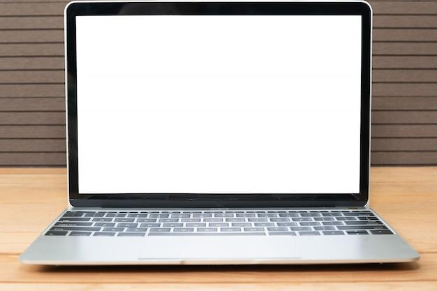 Вид спереди макет ноутбука на дереве Premium Фотографии