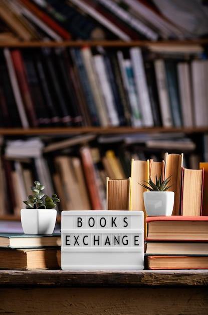 図書館のライトボックスとハードカバーの本の正面図 無料写真