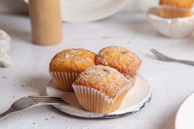 Вид спереди маленькие пирожные и вкусные на белой поверхности Бесплатные Фотографии