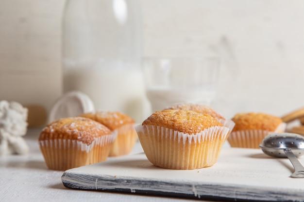 白い机の上の砂糖の粉で少しおいしいケーキの正面図 無料写真