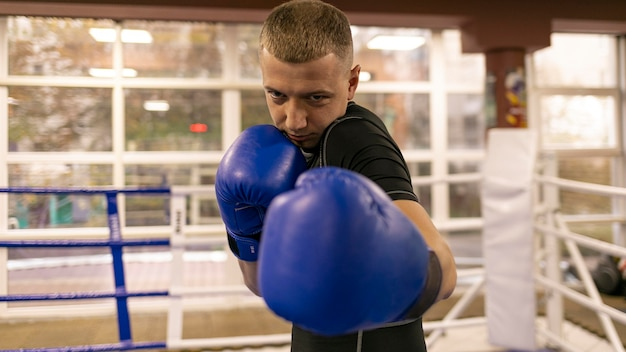 手袋をして練習している男性ボクサーの正面図 Premium写真
