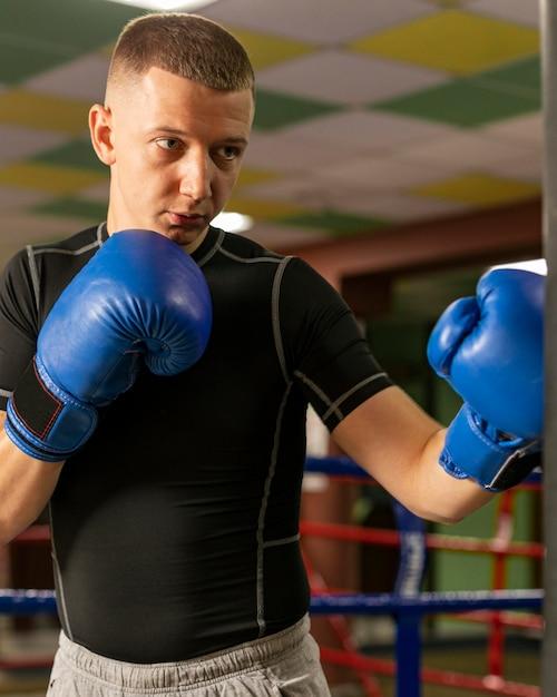 手袋トレーニングの男性ボクサーの正面図 無料写真