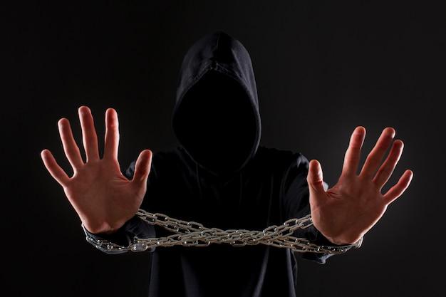 Вид спереди мужской хакер с металлической цепью вокруг рук Бесплатные Фотографии