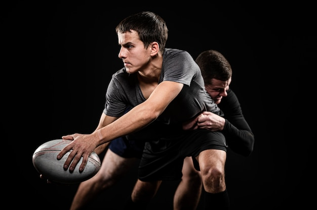 Вид спереди игроков мужского пола в регби с мячом Бесплатные Фотографии