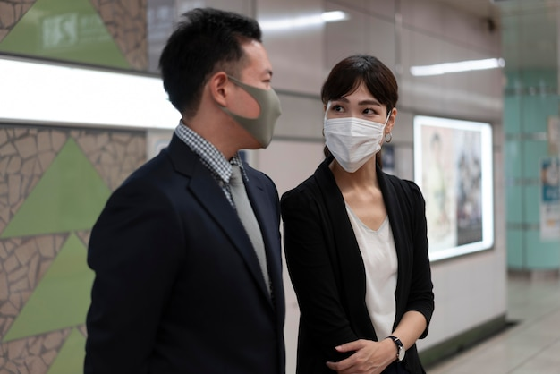 フェイスマスクを身に着けている男性と女性の正面図 無料写真