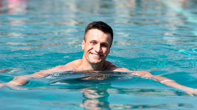 プールで男の正面図 無料写真