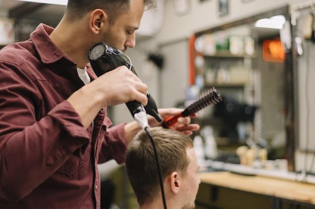 Вид спереди человека сушат волосы Бесплатные Фотографии