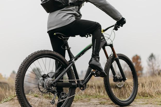 Вид спереди человека, едущего на велосипеде Бесплатные Фотографии