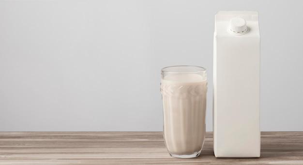 完全なガラスとコピースペースの牛乳パックの正面図 無料写真