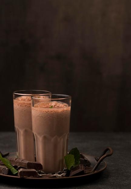 Вид спереди стаканов для молочного коктейля с шоколадом и копией пространства Premium Фотографии