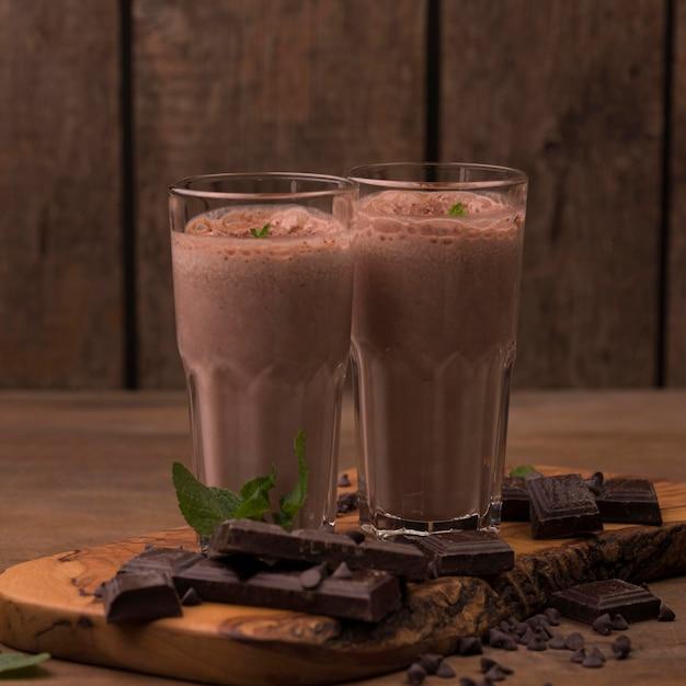 Вид спереди стаканов для молочного коктейля с шоколадом и мятой Premium Фотографии