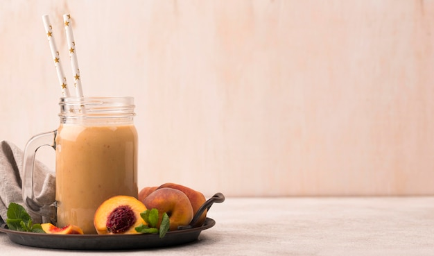 Вид спереди молочного коктейля с персиками и копией пространства Бесплатные Фотографии