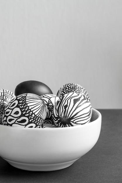 Вид спереди монохромных яиц на пасху в миске с копией пространства Бесплатные Фотографии