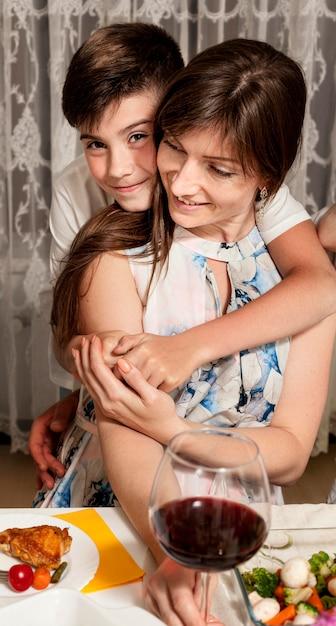 Вид спереди матери и сына за обеденным столом Бесплатные Фотографии