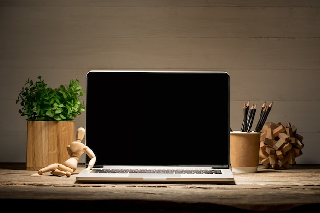 ノートブックと一杯のコーヒーの正面図。インスピレーションとモックアップのコンセプト 無料写真