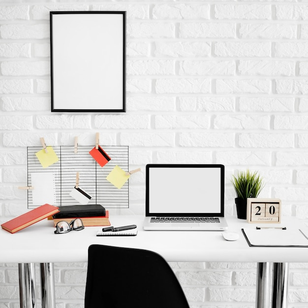 ノートパソコンと椅子とオフィスデスクの正面図 無料写真