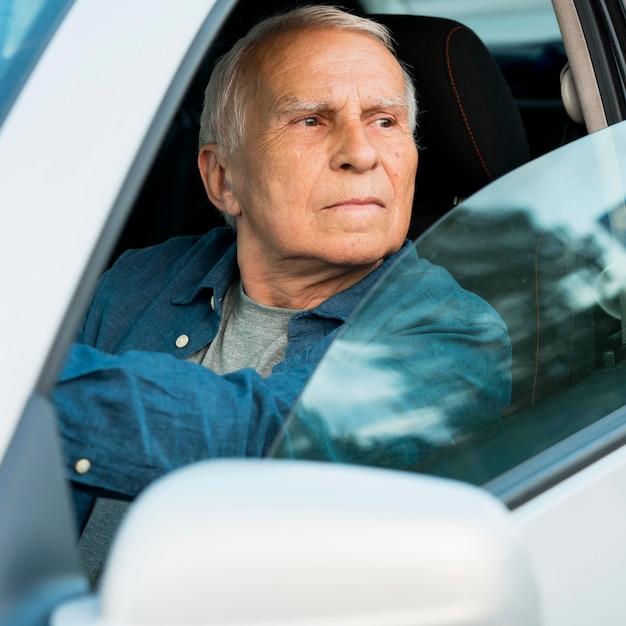 Вид спереди старика в личном автомобиле Бесплатные Фотографии