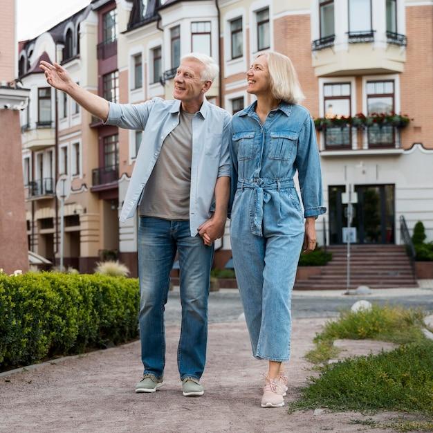 Вид спереди пожилой пары на прогулке по городу Бесплатные Фотографии