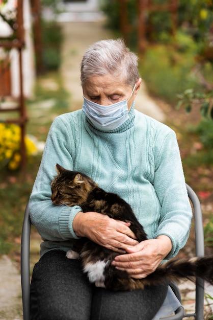 요양원에서 의료 마스크와 고양이와 세 여자의 전면보기 무료 사진