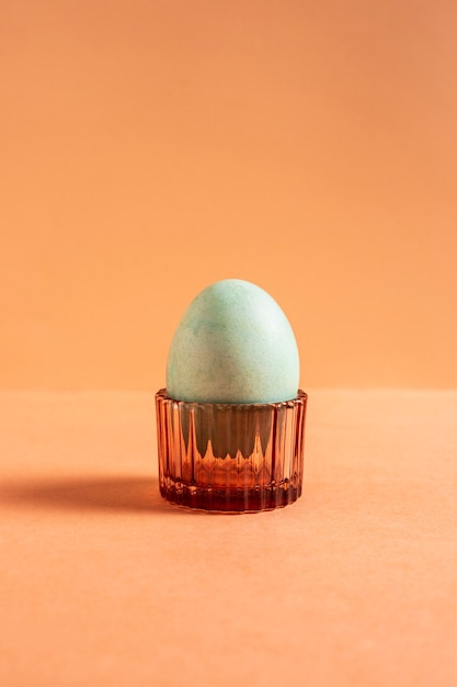 Вид спереди расписного пасхального яйца в держателе для яиц Бесплатные Фотографии