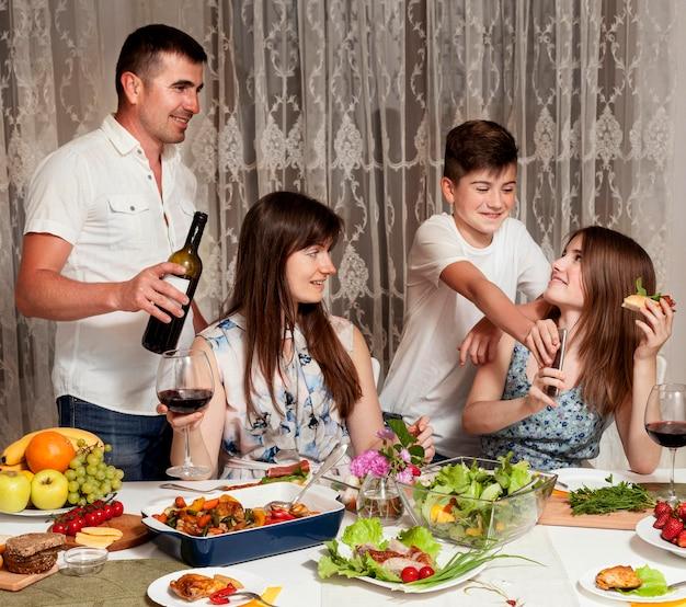 Вид спереди родителей с детьми за обеденным столом Бесплатные Фотографии