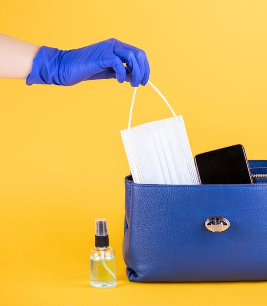 Кошелек с медицинской маской и дезинфицирующим средством для рук, вид спереди Бесплатные Фотографии