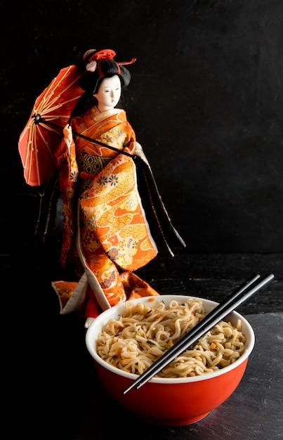 日本の人形とラーメンの正面図 無料写真