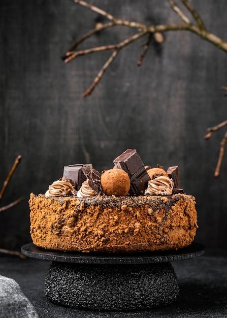 スタンド上の丸いチョコレートケーキの正面図 無料写真