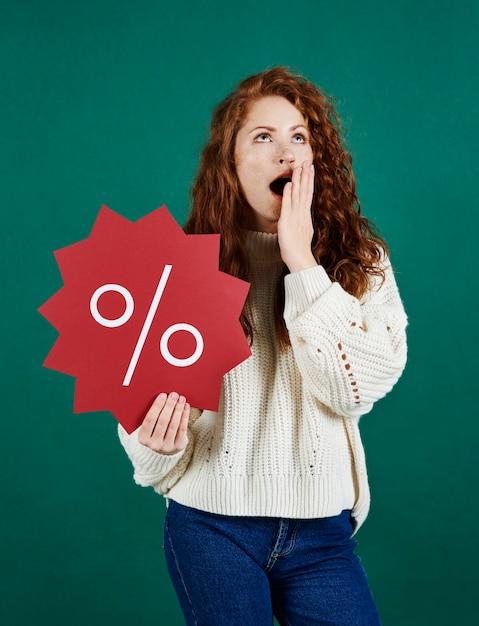 Вид спереди кричащей женщины, показывающей знамя продажи Бесплатные Фотографии