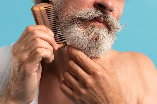 上級コーミングひげの正面図 無料写真