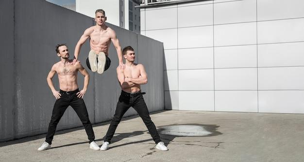 Вид спереди позирует без рубашки хип-хоп художников Бесплатные Фотографии