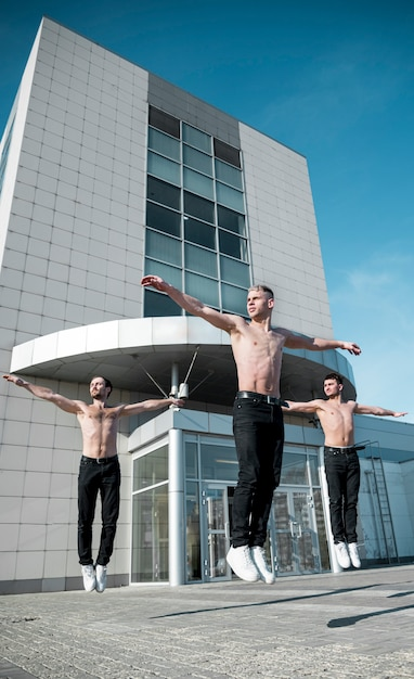 Вид спереди без рубашки исполнителей хип-хоп танцы на улице Бесплатные Фотографии