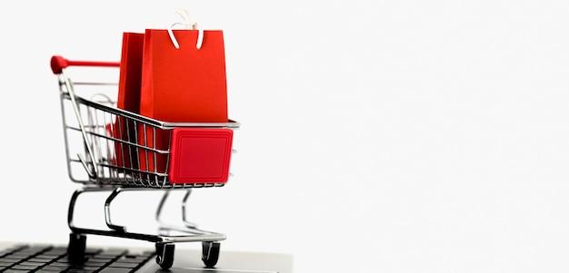 사이버 월요일에 대한 가방 및 복사 공간이있는 쇼핑 카드의 전면보기 무료 사진