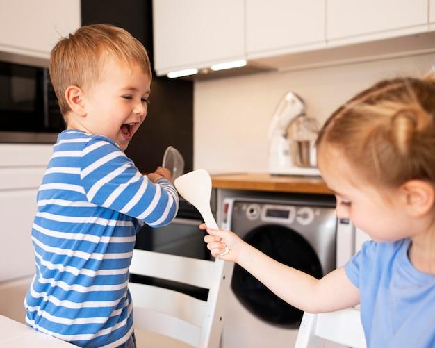 兄弟が自宅で料理の正面図 無料写真