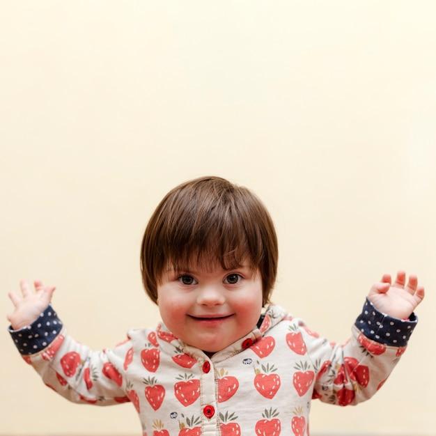 Вид спереди смайлика с синдромом дауна Бесплатные Фотографии