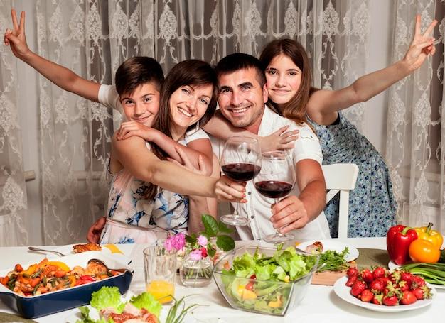 Вид спереди семьи смайликов за обеденным столом Бесплатные Фотографии