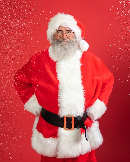 サンタクロースの衣装を着たスマイリー男の正面図 Premium写真