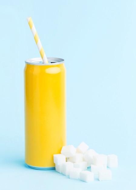 Вид спереди безалкогольного напитка с соломкой и кубиками сахара Бесплатные Фотографии