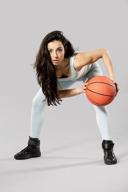농구 공을 스포티 한 여자의 전면 모습 무료 사진