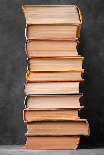 さまざまな本のスタックの正面図 無料写真