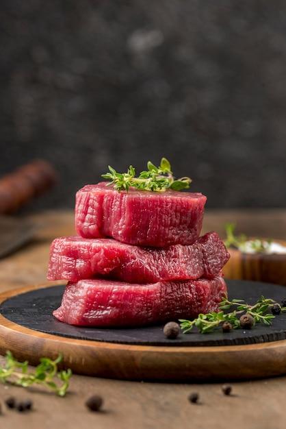 Вид спереди сложенного мяса с травами Premium Фотографии