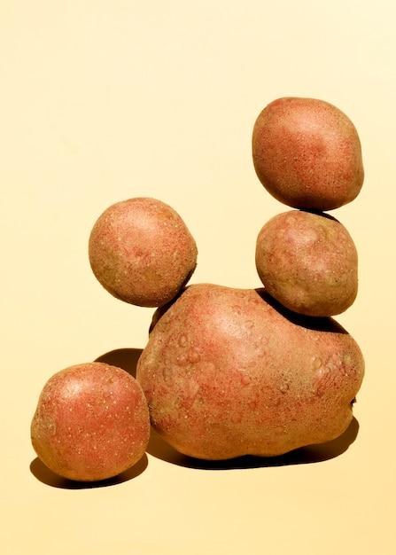 Вид спереди сложенного картофеля Premium Фотографии