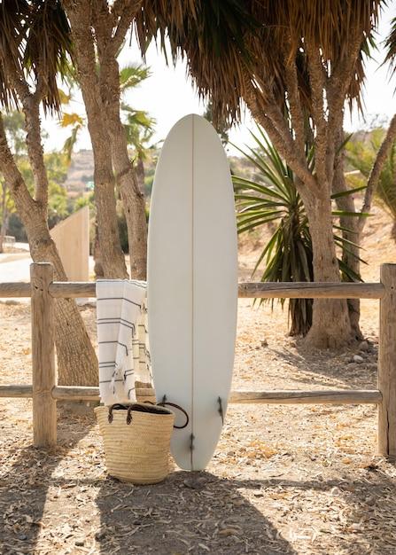 Вид спереди доски для серфинга на пляже Бесплатные Фотографии