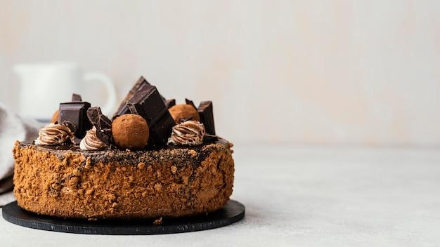 コピースペースのある甘いチョコレートケーキの正面図 無料写真