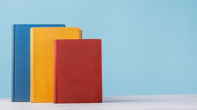 コピースペースのある3色の本の正面図 無料写真