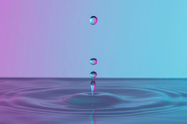 Вид спереди прозрачных капель в жидкости Бесплатные Фотографии
