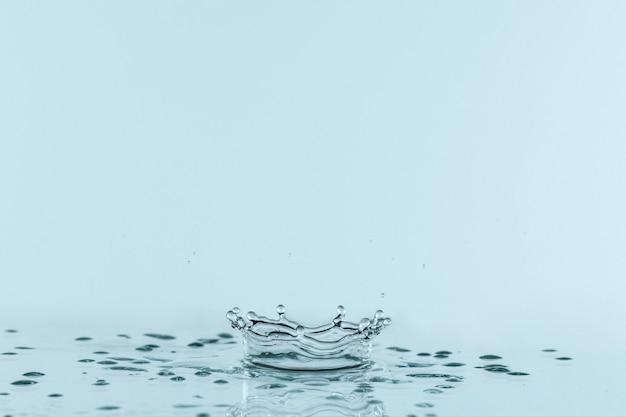 Вид спереди прозрачного жидкого всплеска с копией пространства Premium Фотографии